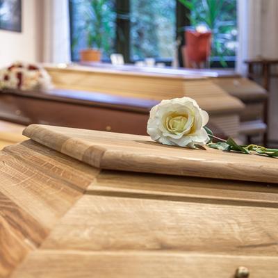 Hebenstreit Kentrup, Bestatter, Beerdigungen, Sarg, Urne in Bonn: Sarg mit Blume